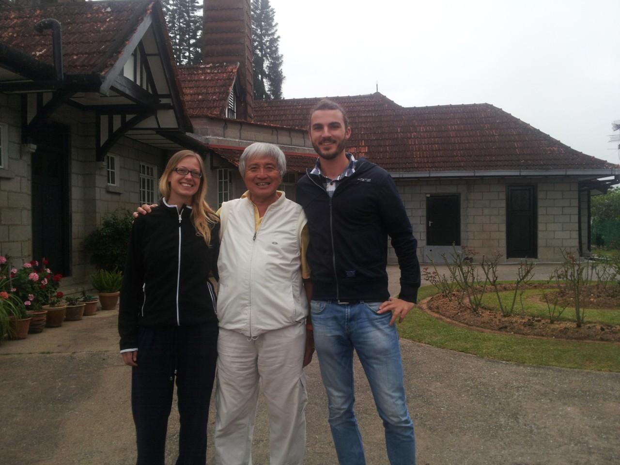 Besuch bei einem alten Haus aus der Kolonialzeit hoch oben auf einem Gipfel, das sich in Besitz eines seiner Freunde befindet. Außerhalb der zwei Wochen, in denen der Hausbesitzer nicht da ist, wird das Anwesen von einem Dienstmädchen und ihrer Familie gepflegt und bewohnt.