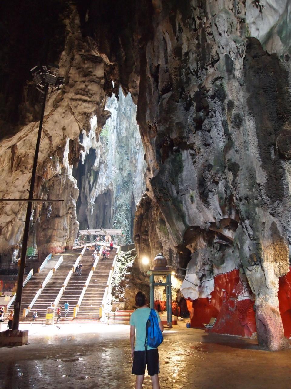 In diesem Höhlenkomplex befindet sich ein sehr bekannter Hindutempel.