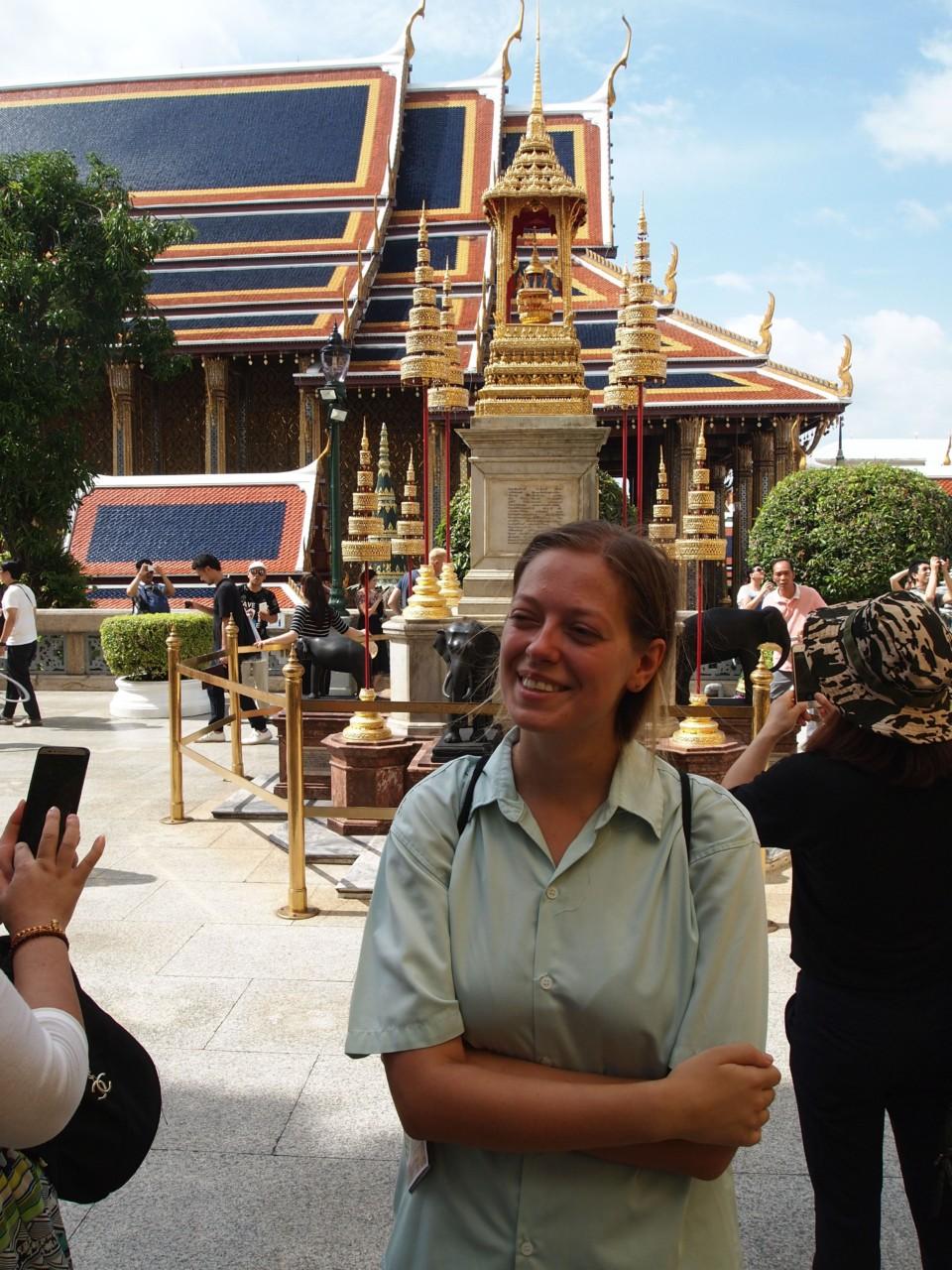 Martina is not amused. Ihre mitgebrachte Kleidung zum verdecken der Schultern wurde nicht für den großen Palast akzeptiert. So musste sie sich etwas ausleihen.