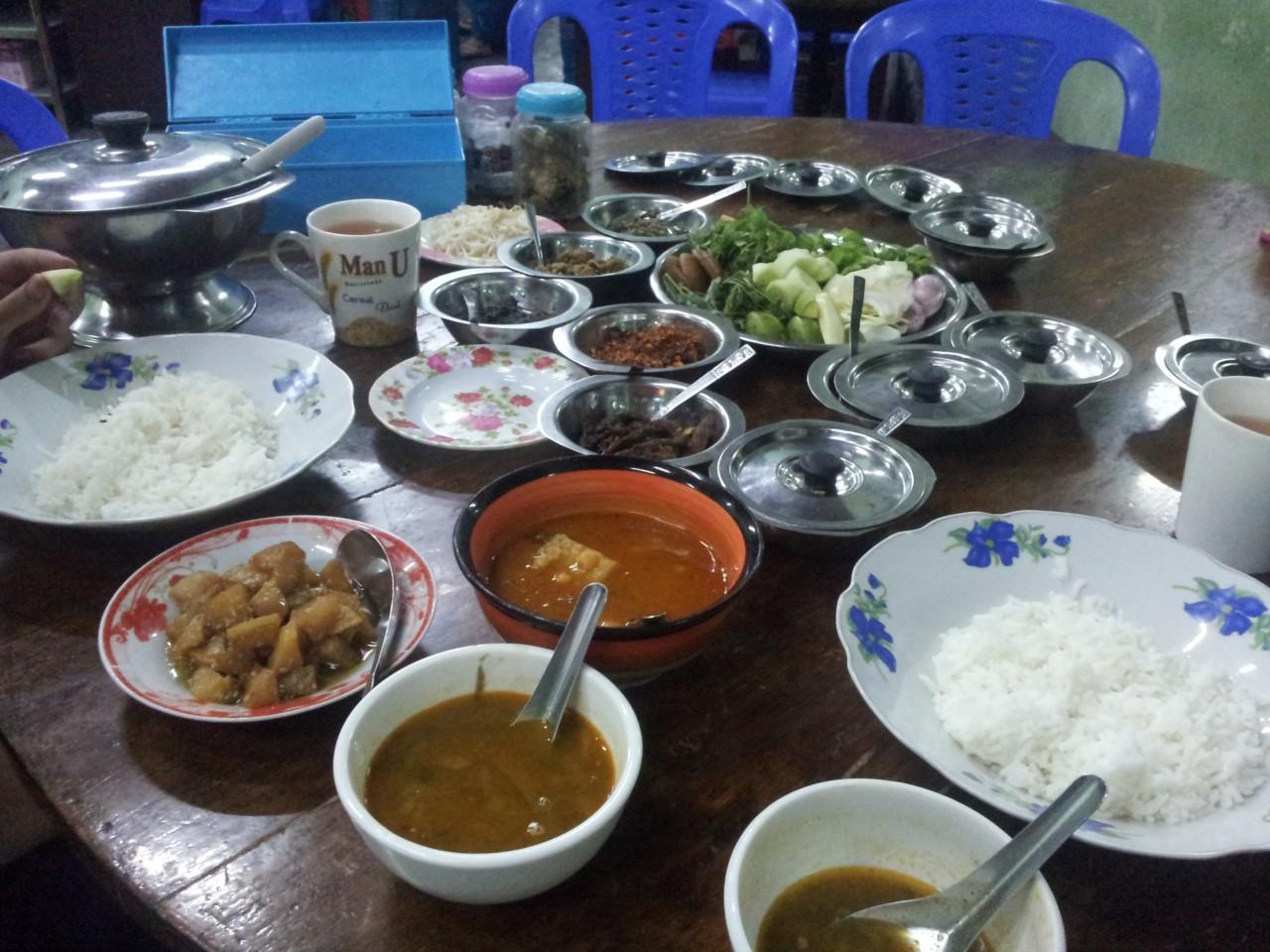Burmanisches Gericht. Man bekommt immer eine Suppe und viele kleine Beilagen dazu. Die Gerichte werden in der Früh gekocht und bis abends in Töpfen aufbewahrt.