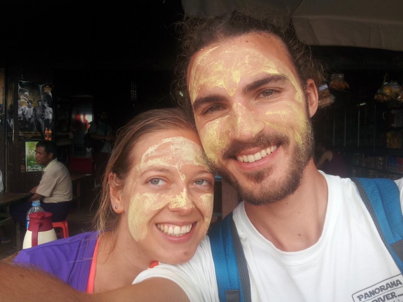 Thanaka dient als Sonnenschutz und ist gut für die Haut. Für die Einheimischen ist es auch eine Art Bemalung.