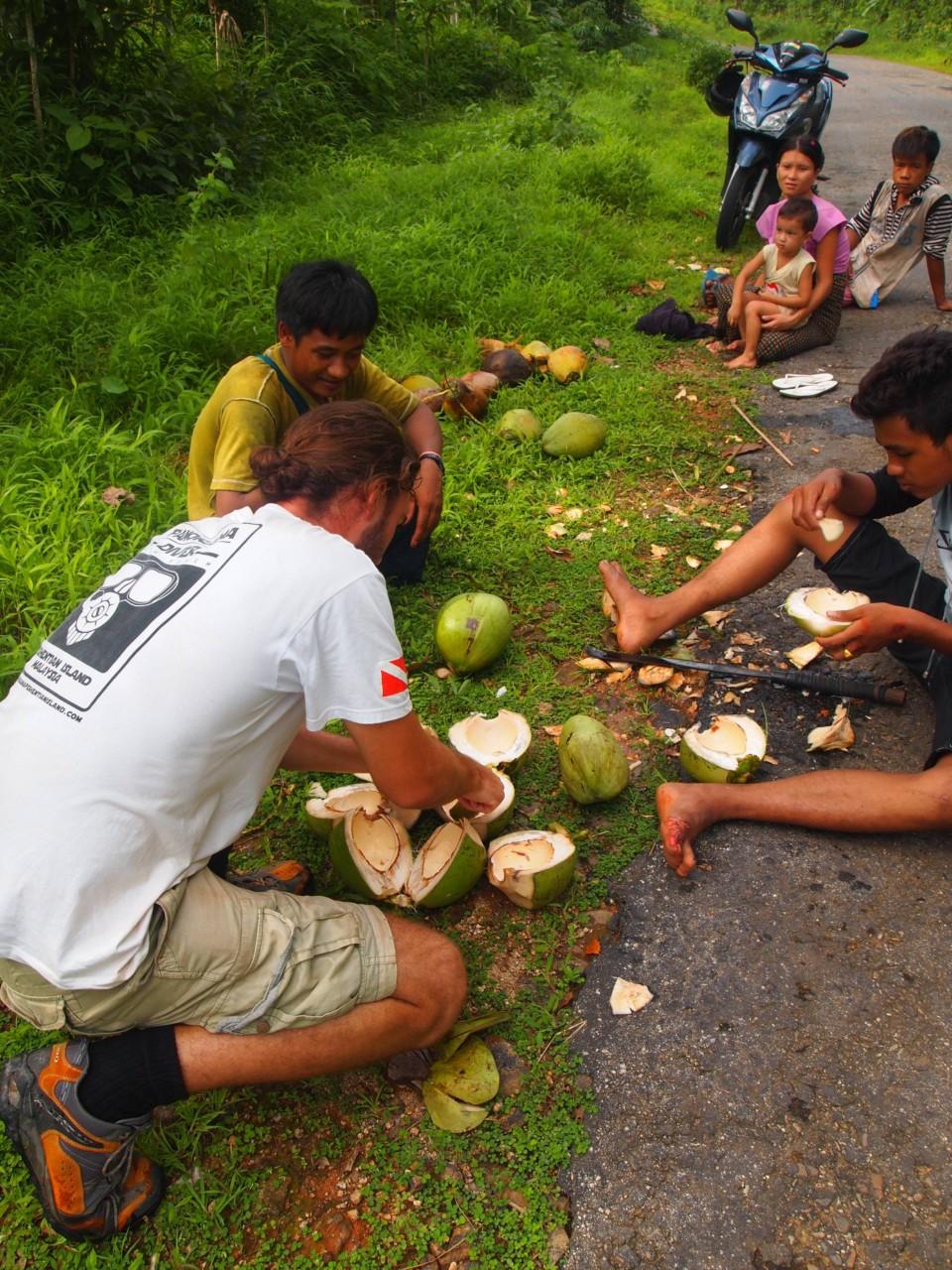 Einheimische schenkten uns Kokosnüssen. Die Leute saßen auf der Straße als wir mit dem Roller vorbei fuhren.