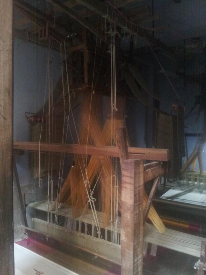 Eines von vielen Webstühlen, die vor allem für Seide verwendet werden. Varanasi ist besonders für Seide bekannt. Natürlich ist man sehr bemüht, die Ware an den Mann zu bringen ;).