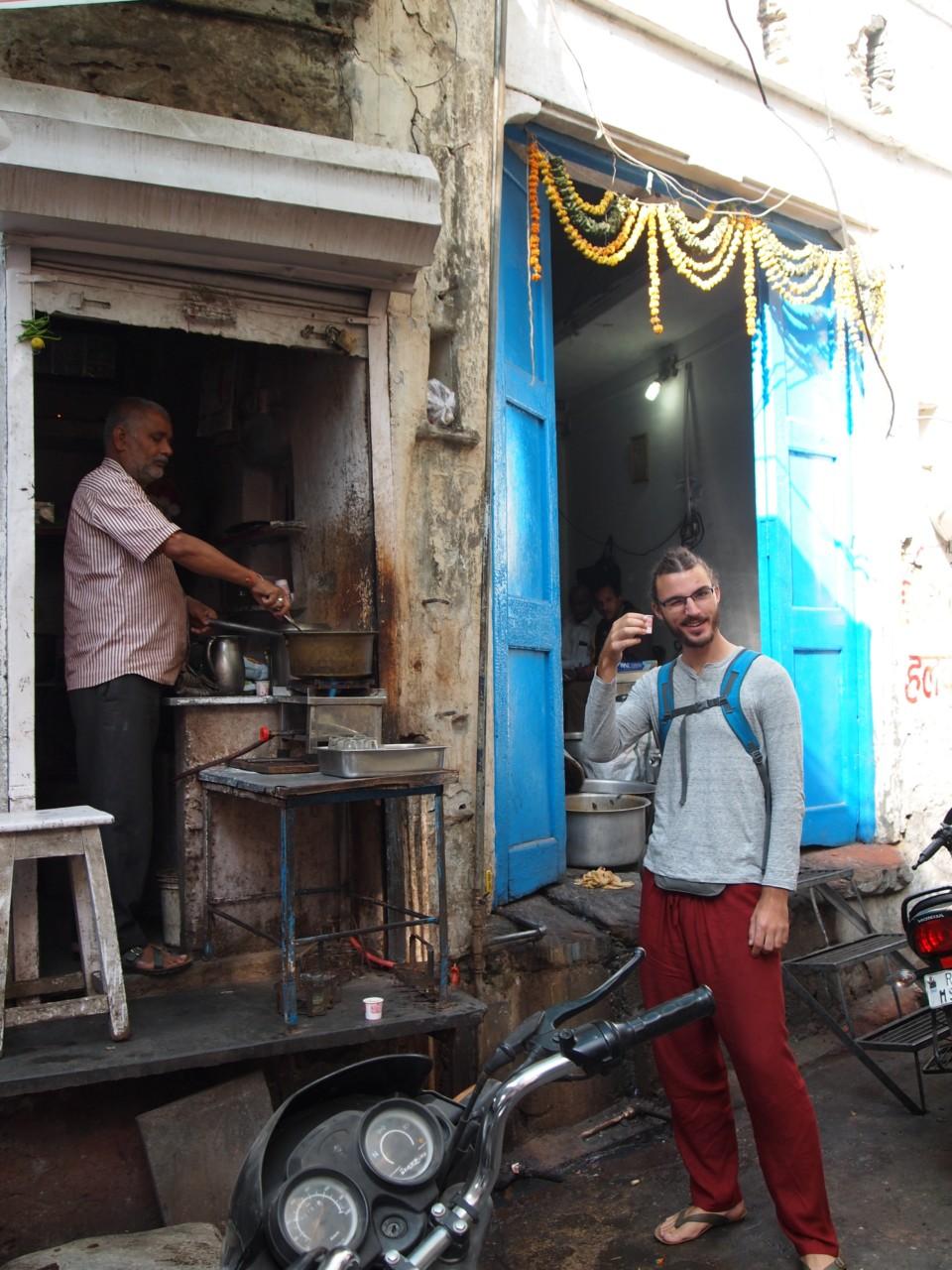 Überall gibt es in Indien kleine Stände, wo Chai-Tee für umgerechnet ca 8 Cent verkauft wird.
