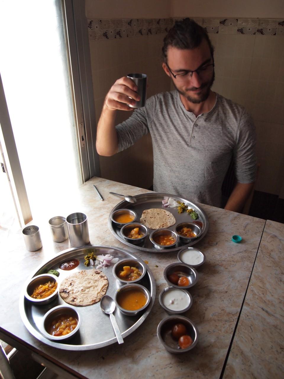 Thali (= Platte) bekommt man fast überall und ist meistens sehr günstig. Kostenloser Nachschlag gehört sich, jedoch wird das in Touristischen und teureren Restaurants immer seltener gemacht.