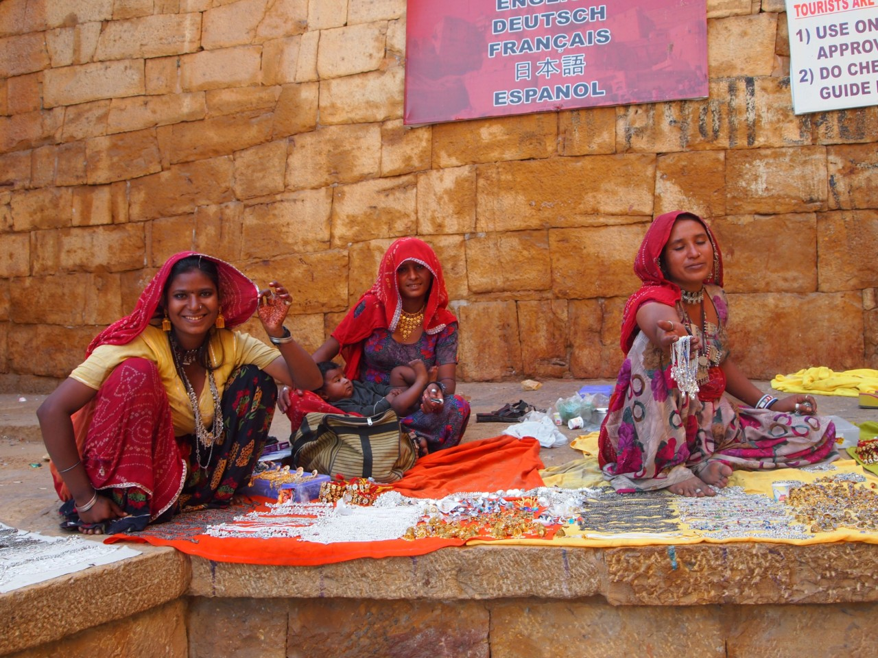 Frauen verkaufen ihr Zeugs am Eingang zur Festung
