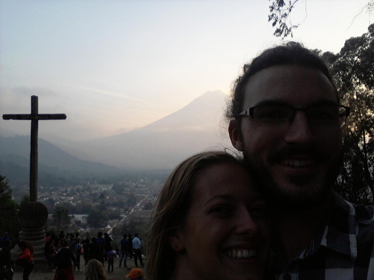 Blick auf einen der Vulkane und auf Antigua